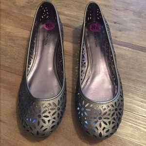 New pewter Kenneth Cole REACTION flats - size 8.5